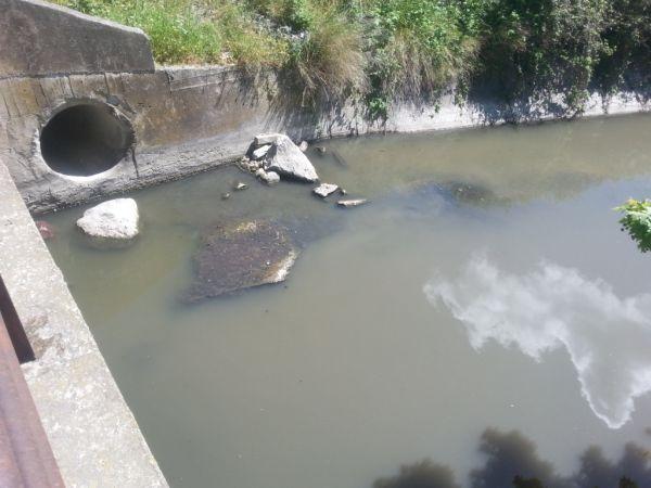 Νέο περιστατικό ρύπανσης σε τάφρο στην Α' Βιομηχανική Περιοχή. Το θυρόφραγμα της Κάρλας είναι κλειστό και από τον ταμιευτήρα απορρέουν στην τάφρο ελάχιστες ποσότητες νερού
