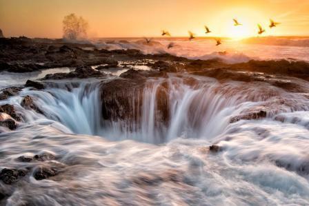 Ανοιχτά των ακτών του Ορεγκον (ΗΠΑ) αναβλύζει ένα γιγαντιαίο συντριβάνι θαλασσινού νερού που προσφέρει γενναιόδωρα ο Ειρηνικός Ωκεανός. Ονομάζεται Thor's Well και το θέαμα είναι το ίδιο εκπληκτικό όταν ανάλογα με την ροή του νερού, μοιάζει να ρουφάει τη θάλασσα στα σωθικά του. Καλύτερο σημείο για να το παρατηρήσεις από την ξηρά είναι το ακρωτήρι Perpetua, απ' όπου ξεκινούν και σκάφη για τους τολμηρούς τουρίστες