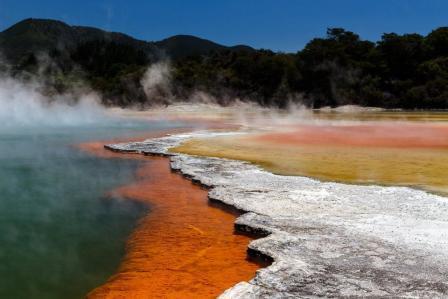 Στη Νέα Ζηλανδία, το ηφαιστειακό πάρκο Wai-O-Tapu με τα εντυπωσιακά γεωθερμικά φαινόμενα θυμίζει εξωγήινο τοπίο. Ατμοί βγαίνουν απ' το έδαφος, λίμνες από λάσπη κοχλάζουν και το νερό στις πηγές βάφεται πράσινο, πορτοκαλί και χρυσό.