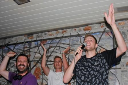 Ο Βασίλης Χαραλαμπόπουλος δεν άφησε ανεκμετάλλευτη την ευκαιρία και… είπε κι ένα τραγούδι