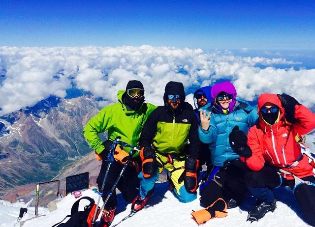 Η πενταμελής ομάδα των ορειβατών μόλις έχει προσεγγίσει την υψηλότερη κορυφή του όρους Elbrus