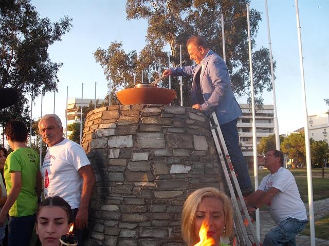 Ο αντιδήμαρχος Αναστάσιος Μπατζιάκας άναψε τη φλόγα