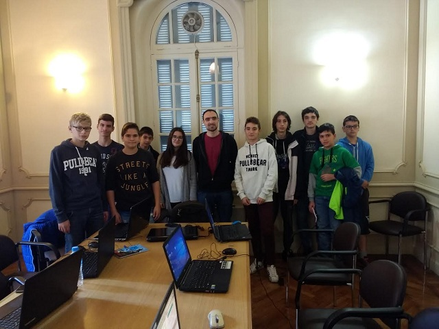 Ο εκπαιδευτής του RuspberryPi Δημήτρης Παρασχάς μαζί με μαθητές που παρακολουθούν το πρόγραμμα εκπαιδευτικής ρομποτικής του Πανεπιστημίου Θεσσαλίας