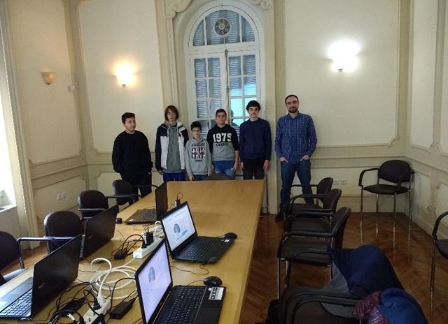 Ο Δημήτρης Παρασχάς, μαζί με γκρουπ μαθητών που συμμετέχουν στην ομάδα Talos και πέτυχαν την πρόκριση στην γ' και τελική φάση του διαγωνισμού AstroPi