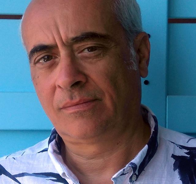 Ο Ζήσης Κοτιώνης είναι καθηγητής Αρχιτεκτονικής Σύνθεσης στο Πανεπιστήμιο Θεσσαλίας