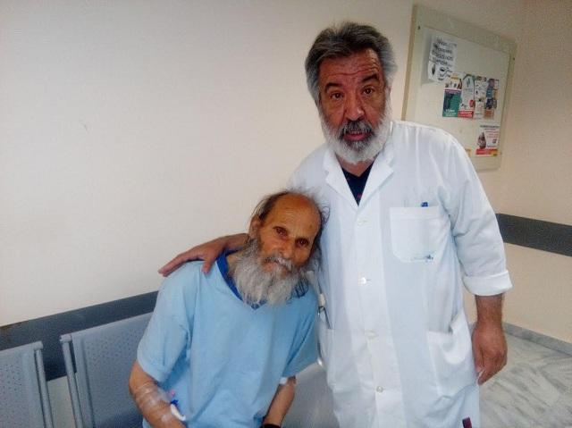 Ο γιατρός της Α' Παθολογικής Κλινικής Μιχ. Μεϊκόπουλος μαζί με τον Φώτη