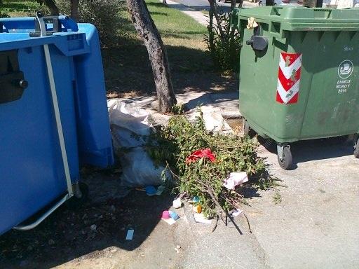 Αχρηστα αντικείμενα, κλαδιά και μπάζα δημιουργούν εστίες ρύπανσης στην πόλη