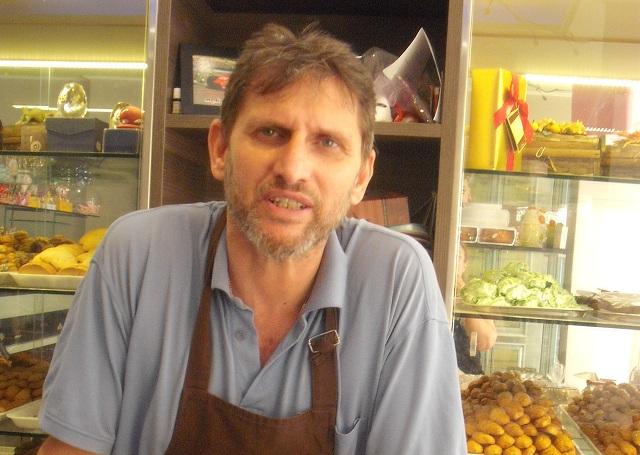 Στέφανος Καϊσαρλής , ζαχαροπλάστης: «Το καλοκαίρι προσπαθούμε να τα βγάλουμε πέρα»