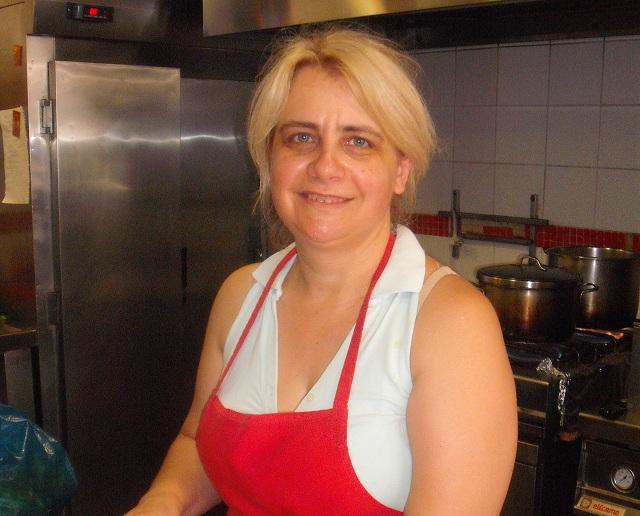 Αποστολία Μπαλντούμη, ιδιοκτήτρια μαγέρικου: «Το καλοκαίρι αντέχεται γιατί αγαπώ τη δουλειά μου»
