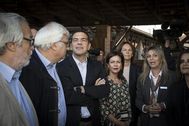 Ο Αλ. Τσίπρας έδειξε εντυπωσιασμένος από το Μουσείο Πλινθοκεραμοποιίας, μετά την ξενάγηση που έγινε από την πρόεδρο του Ιδρύματος Ομίλου Πειραιώς κ. Σοφία Στάικου και τη διευθύντρια Αλεξάνδρα Ράπτη
