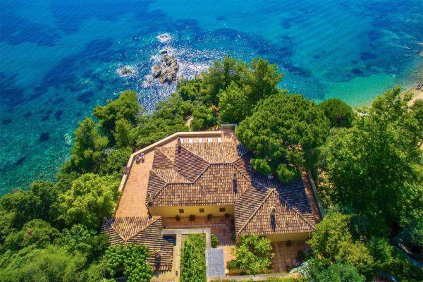 Τη βίλα «Mediterranean Blossom» στον Τρούλο της Σκιάθου που κόβει την ανάσα μέσα και έξω, μπορεί να την κάνει κάποιος δική του, αρκεί να καταβάλει 9.100.000 ευρώ
