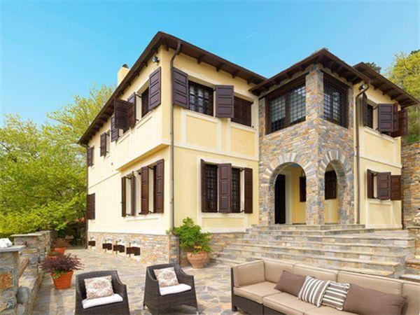Το μεσιτικό γραφείο Cristies, προτείνει είναι μία πολυτελή κατοικία που βρίσκεται στους πρόποδες του Πηλίου έναντι 1.200.000 ευρώ
