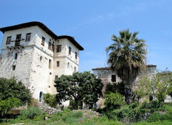 Σύμφωνα με το γραφείο LuxuryReal Estateη έκταση που βρίσκεται ο Πύργος των Λεχωνίων προσφέρεται για τη δημιουργία ενός ιππικού πάρκου με πολυτελείς βίλες