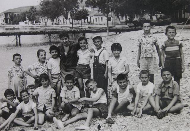 Νοσταλγική φωτογραφία παλιών μαθητών του 3ου Δημοτικού Σχολείου Βόλου