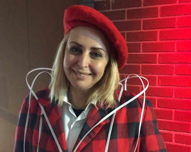Τους επισκέπτες υποδέχεται η ηθοποιός και σκηνοθέτης, Βιβή Νικολοπούλου, η οποία υπογράφει τα κείμενα και τη σκηνοθεσία της ξενάγησης στο εργοστάσιο