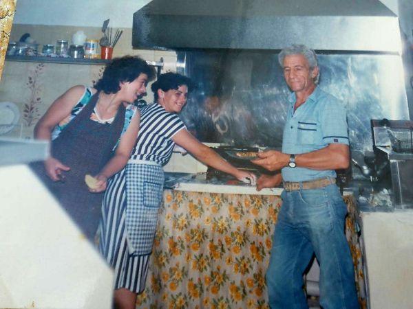 Ο πατέρας του Κωνσταντίνος, η μητέρα του Ξένια (αριστερά) και η θεία του Καίτη στην κουζίνα της σκοπελίτικης ταβέρνας