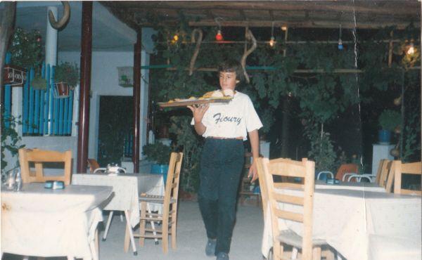 Αρχισε να εργάζεται ως σερβιτόρος στην οικογενειακή ταβέρνα