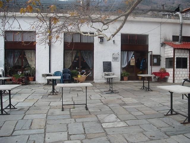 Το ιστορικό κοινοτικό καφενείο στην πλατεία της Δράκειας