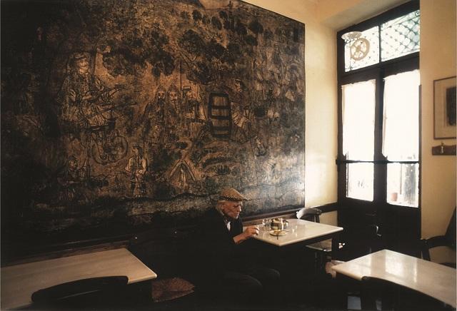 O Δημήτρης Λέτσιος στο κοινοτικό καφενείο της Μακρινίτσας – ανέκδοτη φωτογραφία από το αρχείο του Νίκου Τσούκα