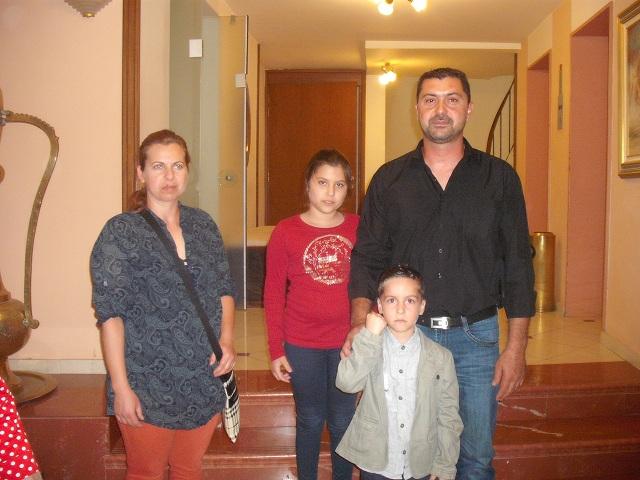 Ο Αγγελος Δημόπουλος με μέλη της οικογένειάς του