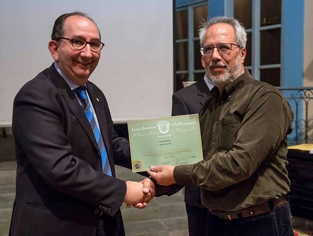 Απονομή βραβείου στον Γιάννη Σκοτεινιώτη από τον πρόεδρο της Ricardo Busi στην Αθήνα