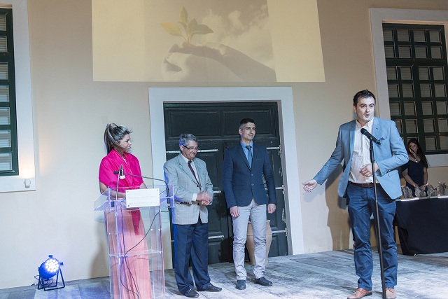 Από την ειδική τελετή απονομής των βραβείων ΟΙΚΟΠΟΛΙΣ στο Συνεδριακό Κέντρο της Μήλου. Το σημαντικό βραβείο παραλαμβάνει ο Β. Μπίνας