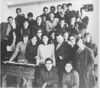 Τελειόφοιτοι του 1ου Γυμνασίου (πρακτικό τμήμα) του 1967 με την καθηγήτριά τους Ρένα Αμανατίδου – Από το λεύκωμα του 1988