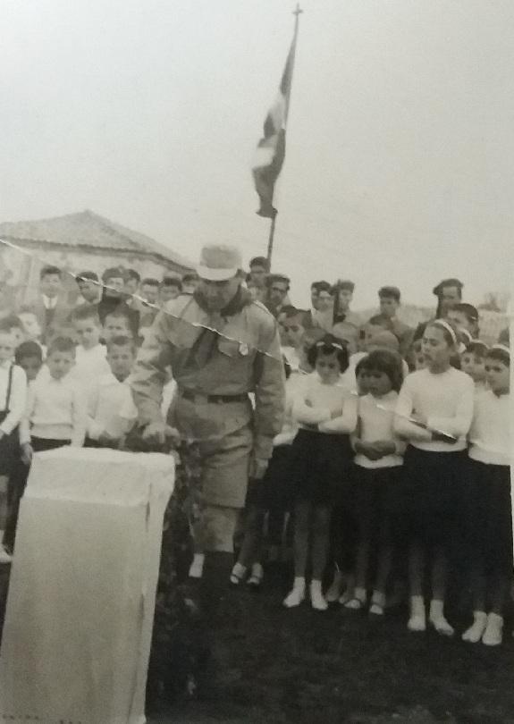 Ο Νίκος Τσεκούρας την εποχή που ήταν πρόσκοπος, με μαθητές του