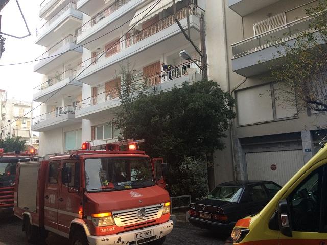 Οι πυροσβέστες επιχειρούν για την κατάσβεση της φωτιάς στο διαμέρισμα