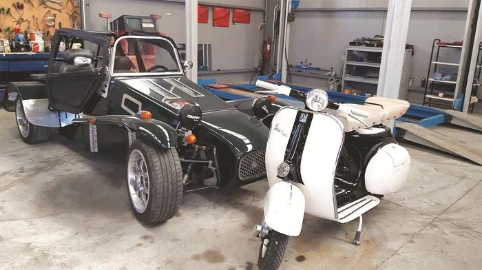 Η εκθεσιακή Lotus Seven και η Vespa του 1950
