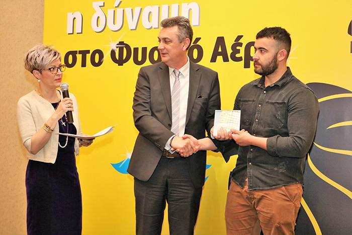 ο Πρόεδρος ΠΕΔ Θεσσαλίας, κ. Γεώργιος Κωτσός βραβεύει τον 1ο Καταναλωτή με συμπιεσμένο φυσικό αέριο από την περιοχή του Τυρνάβου, κ. Δημήτριο Βάνη
