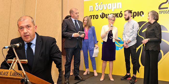 ο Πρόεδρος του Περιφερειακού Συμβουλίου Θεσσαλίας, κ. Γρηγόριος Παπαχαραλάμπους βραβεύει τους πρώτους Καταναλωτές, κ. Σωτήριο Τράντο και κα Σοφία Τζανακούλη, που πέρασαν στη χρήση φυσικού αερίου το 2001