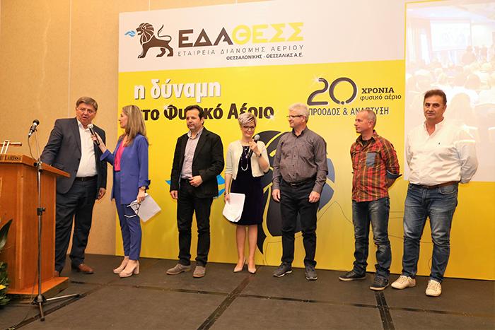 ο Δήμαρχος Μετεώρων, κ. Χρήστος Σινάνης, βραβεύει τους παλαιότερους εργαζομένους της ΕΔΑ ΘΕΣΣ στη Θεσσαλία