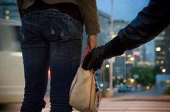 Εσυραν 60χρονη γυναίκα στο δρόμο για 5 ευρώ!