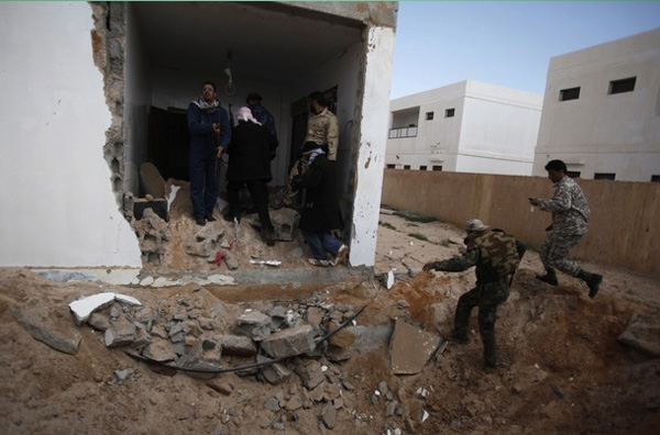 Βόμβες διασποράς από τον Καντάφι;