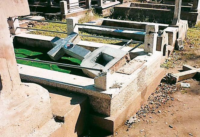 Καταστροφές στο Νεκροταφείο του Αλμυρού
