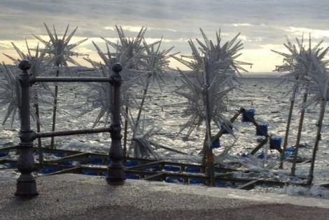 Βουλιαξε το πλωτό Χριστουγεννιάτικο δέντρο της Θεσσαλονίκης
