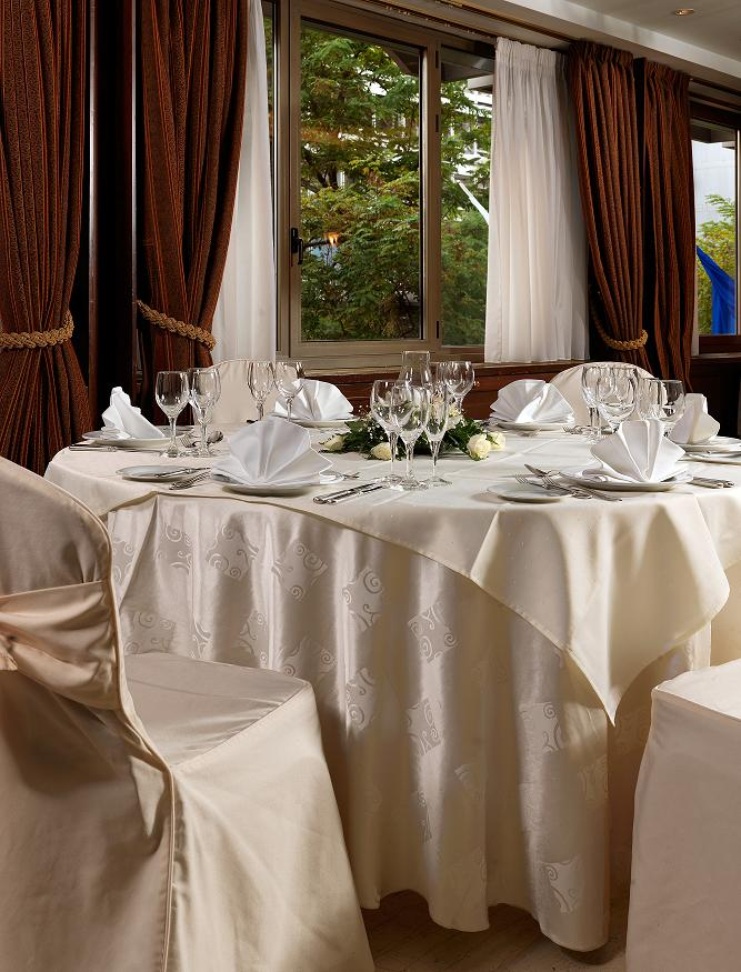 Ζήστε λαμπερές γιορτές με τις προνομιακές τιμές του ξενοδοχείου ΤΙΤΑΝΙΑ.