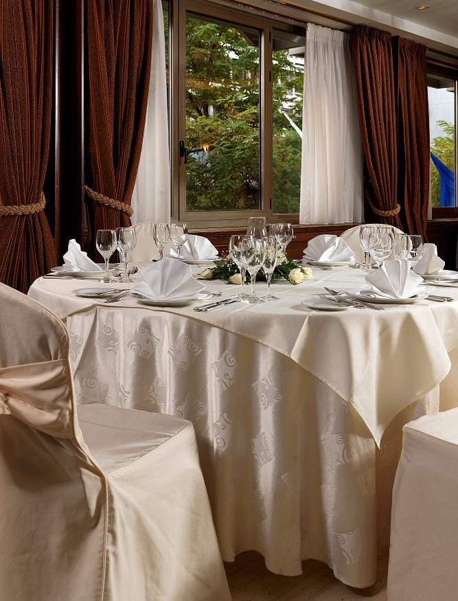 Ζήστε λαμπερές γιορτές με τις προνομιακές τιμές του ξενοδοχείου ΤΙΤΑΝΙΑ