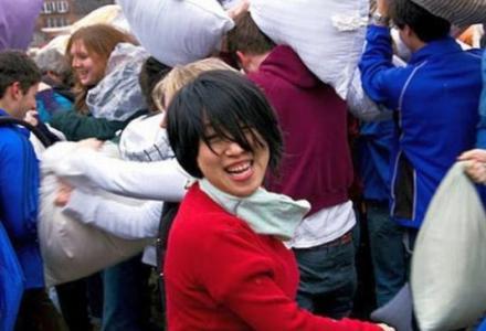Με μαξιλαροπόλεμο διώχνουν το άγχος στην Κίνα