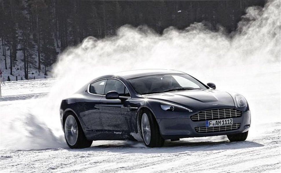 Video: Xoρεύοντας στο χιόνι (με Aston Martin)!