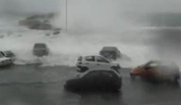 Κύμα - τσουνάμι παρασύρει αυτοκίνητα στο λιμάνι της Τήνου [βίντεο]