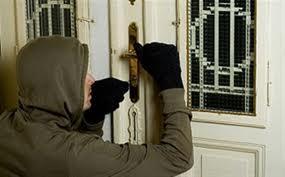 Απείλησαν τον ίδιο και τη σύζυγό του μέσα στο σπίτι τους ψάχνοντας για λίρες...