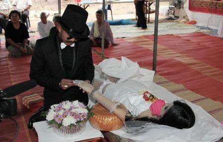 Παντρεύτηκε τη νεκρή αρραβωνιαστικιά του!