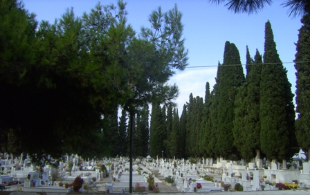 Υπερκορεσμένα τα νεκροταφεία