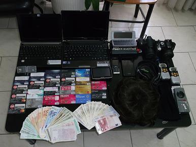 Τους έπιασαν να κάνουν ανάληψη με κλεμμένες πιστωτικές κάρτες