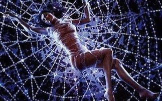 Όλη η ελίτ της Αθήνας στον ιστό της γυναίκας-αράχνης