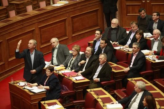 Ο βουλευτής Μαυρίκος πέταξε το μνημόνιο στα πόδια του Βενιζέλου - ΒΙΝΤΕΟ