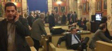 Η Αθήνα καιγόταν και στη Βουλή έβλεπαν...ποδόσφαιρο!