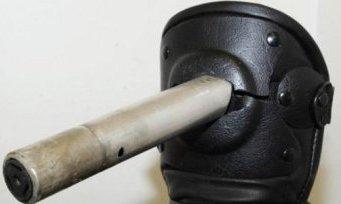 Φωτοβολίδα «καρφωμένη» σε επιγονατίδα ΜΑΤατζή